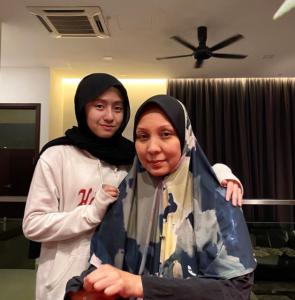Mia Sara Nasuha and mother