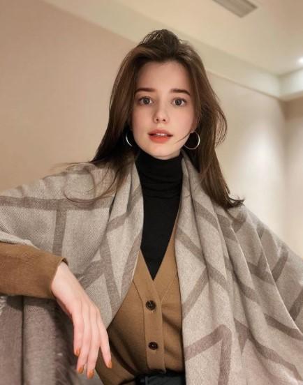 Anastasia Cebilska posing