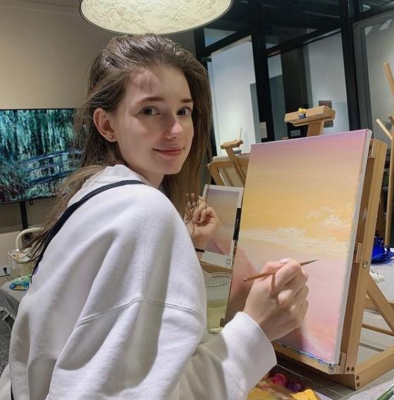 Anastasia Cebilska painting